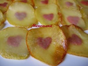 Esta manera de preparar las patatas la vi en un programa de K. Arguiñano, él las preparó con una hoja de perejil dentro y como se acerca el día de los enamorados… pensé que un corazón rojo en su interior sería un detallito muy mono para demostrar nuestro amor… con patatas!!!!!
