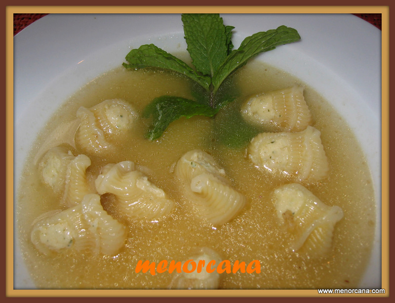Sopa con galets rellenos