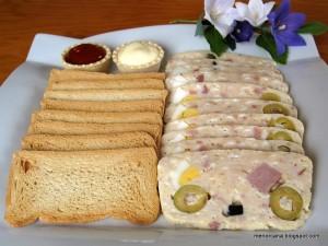 El fiambre es un manjar de origen cárnico que se prepara asado, cocido o adobado y que siempre se consume en frío. Se conserva muchos días en la nevera y es un plato excelente para llevar de picnic.