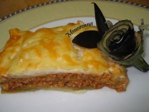 Si a la Lasaña le cambiamos las placas de pasta por berenjena, el resultado es un plato mas ligero… y su nombre Moussaka, plato tradicional griego.