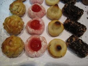 Los panellets son típicos de Catalunya y tradicionalmente se comen la víspera de Todos los Santos, acompañados de vino dulce, generalmente Moscatel.