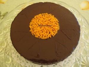 """A esta tarta podría haberla llamado """"Sacher"""" ya que es muy parecida, pero no… el bizcocho es un brownie hecho en el microondas, que con estos calores cualquiera enciende el horno!!! y el relleno es mermelada de naranja. Facilona y buenisima… para los adictos al chocolate!!!"""