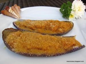 Las berenjenas rellenas es un plato típico Menorquin, y aunque hay muchas maneras de hacerlas y en cada casa una receta, la tradicional solo lleva verduras en el relleno. Para mi gusto la variedad de berenjena alargada y morada es la más fina y sabrosa.