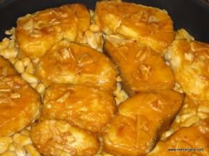 """El Bacalao a la LLauna es un plato típico de la gastronomía catalana, el nombre indica que se prepara en una bandeja de horno metálica (llauna). Hay muchas versiones de esta receta, algunas hablan de hacerlo directamente en el horno sin rebozar ni freír el bacalao. Las judías o """"mongetas"""" también son opcionales."""