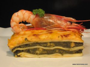 """La lasaña es un plato de origen italiano, compuesto por láminas de pasta intercaladas con carne, verduras o pescado y cubiertas con salsa bechamel y abundante queso para gratinarla en el horno. La palabra """"lasaña"""" proviene del griego """"lasanon"""", a través del latín """"lasanum"""", que se refiere al cazo en el que se cocinaba."""