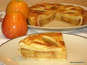 """El nombre original de este tipo de tarta es """"Apple Pie"""" y se supone que apareció espontáneamente en los países de Europa donde existía una tradición de tartas con relleno y donde se cultivaban manzanas. Según la receta de tarta de manzana llamada tartys in applis, del libro de cocina Forme of Cury, editado en […]"""