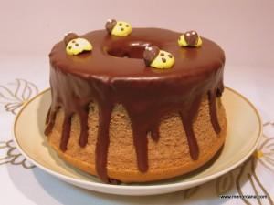 """El Angel Food Cake es un tipo de bizcocho originario de América del Norte, que se hizo popular en EE.UU. en el siglo XIX. Su nombre se debe a la ligereza de su miga, por lo que se decía que era el """"alimento de los ángeles."""" Para hacerlo es necesario un molde especial de aluminio, […]"""