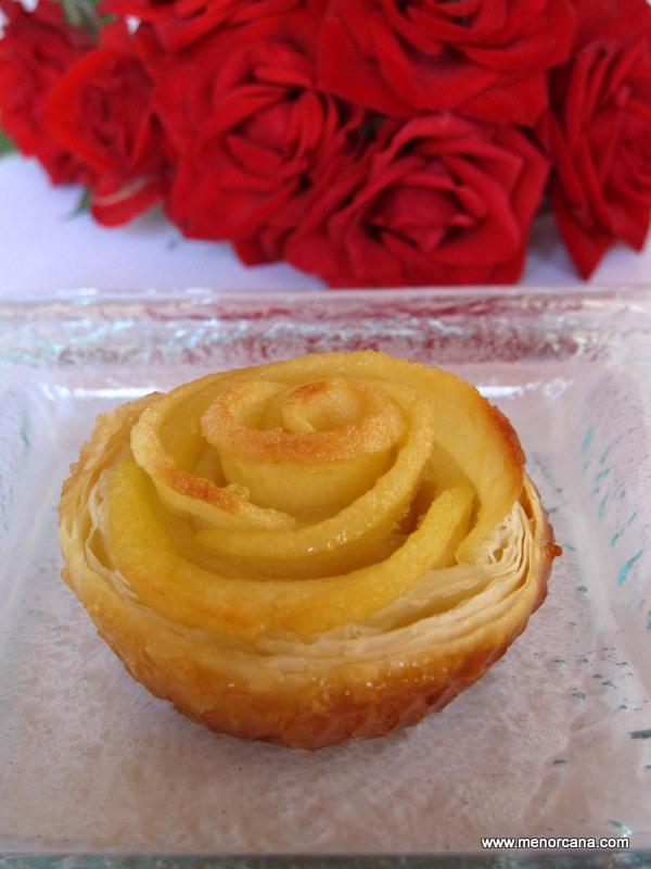 rosas de hojaldre y manzana ana en la cocina