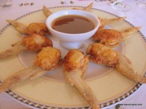 """La primera vez que comí las alitas de pollo rellenas fue en """"La Boyera"""" un precioso restaurante en Binisafua. La especialidad del restaurante es la cocina Thailandesa … la cocinera encargada de preparar los deliciosos y exóticos platos y hacerte sentir que estas en ese bello país, es nativa de Thailandia. Me he permitido hacer […]"""