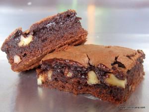 """El browniees un pastel de chocolate típico de la Gastronomía de los Estados Unidos. Se llama así por su color marrón oscuro (""""brown"""" en ingles) El primer Brownie editado apareció en 1896 en el libro Boston Cooking-School Cook Book, donde se describen pequeños pastelitos de melaza cocidos al horno. También se mencionan en 1897 en […]"""