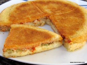 La receta de hoy no es ni más ni menos que un simple sándwich familiar caliente. Imaginar que es una pizza tipo calzone y ponerle imaginación al relleno… -Jamón dulce y queso -Rodajas de tomate, pepinillos, salmón y queso -Rodajas de salchichas Frankfurt, mostaza, ketchup y queso -Lomo a la plancha, pimientos fritos, jamón serrano […]