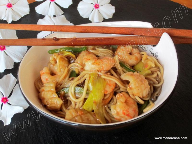 Fideos chinos con calamar y gambas