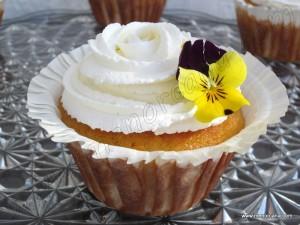 """Ahora se ha puesto de moda hacer """"cupcakes"""" adornados con una variedad inmensa de colores y formas y no hay un bautizo, comunión, boda o cumpleaños que se precie, que no te regalen un pastelito de estos como recuerdo del día. Yo no tengo nada en contra de estos dulces, pero me sorprende la cantidad […]"""