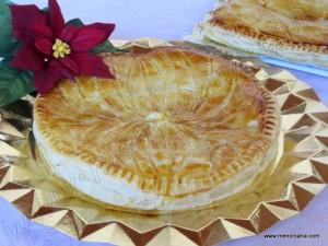 """La """"galette des Rois"""" (Tarta de los Reyes) es una tartaleta que celebra la Epifanía, tradicionalmente vendida y consumida durante los primeros días del año en el norte de Francia. Es una tarta de hojaldre rellena de crema de almendras (frangipane) que oculta en su interior una figurita. Aquél que encuentre dicha figurita se convertirá […]"""