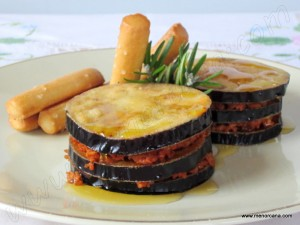 """En este plato he unido dos recetas """"las berenjenas con miel"""" típicas de la gastronomía andaluza y la """"sobrasada frita con miel"""" típica de Menorca… las dos, herencia de nuestra cultura gastronómica árabe. Quiero apuntar que la sobrasada que he utilizado para esta receta es fresca, embutida en una tripa fina natural curvada que suele […]"""