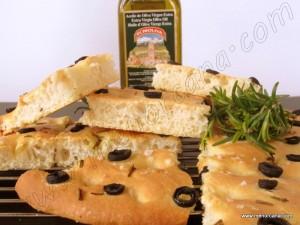 """La focaccia """"hogaza"""" en italiano, es una especie de pan plano cubierto con hierbas u otros ingredientes. Se trata de una receta tradicional de la cocina italiana muy relacionada con la popular pizza. Se cree que la receta básica de este preparado procede de los antiguos etruscos o los antiguos griegos, no obstante es considerado […]"""