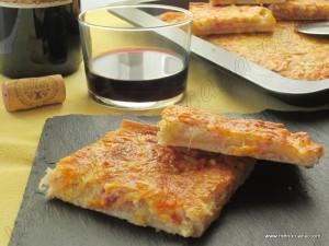 """La """"coca"""" en la gastronomía balear es una mezcla de harina con aceite o manteca, levadura y agua, amasada y cocida. Es de forma rectangular u ovalada y plana. Según el relleno pueden ser cocas dulces (albaricoques, ciruelas, azúcar…) o saladas (tomates, sardinas, pimientos, sofrito…) Se puede considerar como hermana gemela de la pizza italiana. […]"""