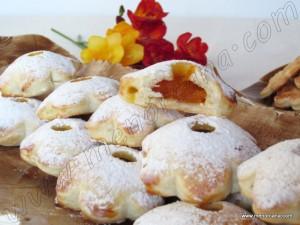 """En Menorca los """"Crespells"""" son unas pastas hechas con un molde especial de unos diezcentímetrosdediámetro,con forma de flor de doce pétalos. Constan de dos partes de pasta, la superior tiene un agujero redondo en el centro que permite ver el relleno. Entre las dos partes se suele poner confituras o mermeladas, suquet (clara de huevo […]"""