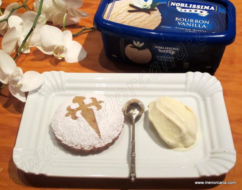 Tarta de santiago con helado de vainilla bourbon