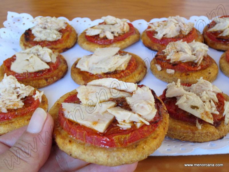 Cocas con tomate y atún