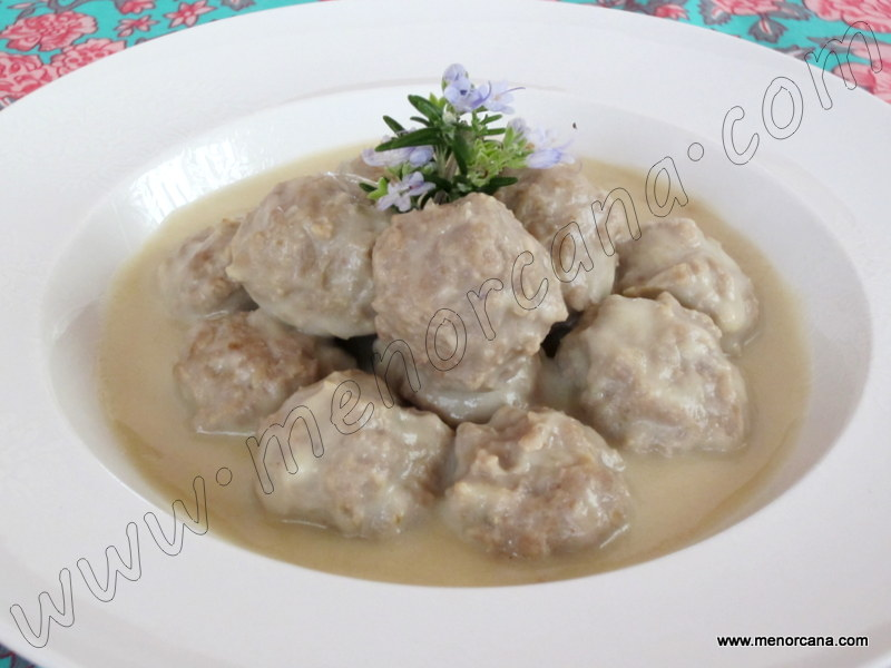 Albóndigas con crema de cebolla