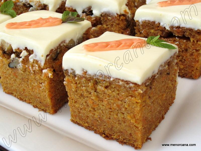 Pastel de zanahoria con cobertura de queso y chocolate blanco