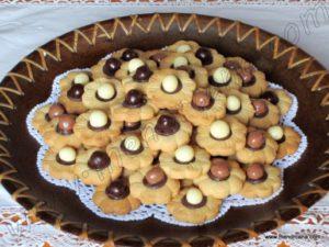 """El sablé (en francés """"arenado"""") es una galleta francesa redonda y crujiente, originaria de Caen, en la provincia de Normandía. Se elabora con harina de trigo, mantequilla, azúcar y a veces yema de huevo. Puede ser perfumada con almendra o cáscara de limón. Según las cartas de la marquesa de Sévigné, la galleta fue elaborada […]"""