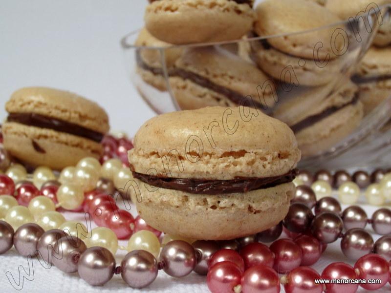 Macarons de canela con crema de chocolate y trocitos de café