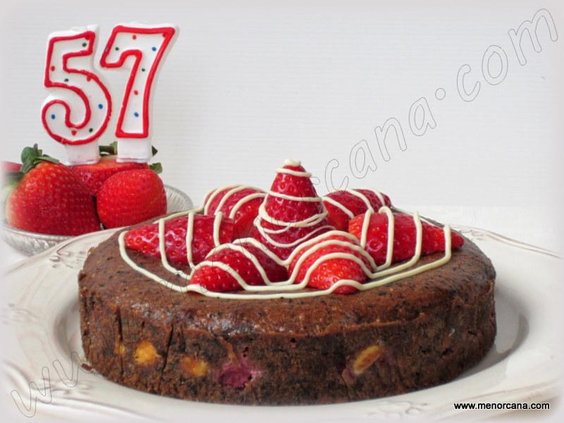 Pastel de chocolate y avellanas con fresas