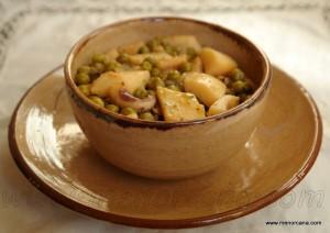 La sepia con guisantes (sípia amb fesols) es una receta muy popular de la gastronomía de Menorca y es muy frecuente encontrarla como tapa en los bares de la isla. Hay una variante mas completa de este plato, en la que se incorporan casi al final de la elaboración albóndigas de carne.