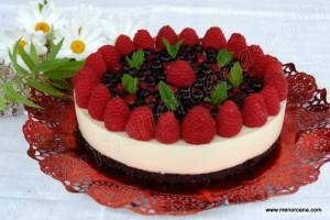 """Hacer una tarta """"semifria"""" no es difícil, esta en particular es muy facilita y resulta una buena opción como postre. Es ligera y la combinación del sabor dulce del chocolate con los frutos rojos es muy agradable. Aprovecho la ocasión para mostraros con un par de fotos que hice como pude, como desmoldar una tarta […]"""