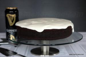 Si no te gusta la cerveza, no importa… cuando pruebes esta tarta de color negro y con una cobertura tan blanca como la espuma, nunca imaginarás que entre los ingredientes está la cerveza. Es de textura densa y húmeda (como la mayoría de los pasteles anglosajones) con suave sabor de chocolate y muy fácil de […]