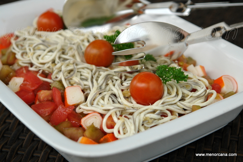 Ensalada de tomates, palitos de surimi y gulas al ajillo