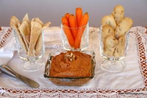 La Muhammara es una crema de pimientos y nueces, receta típica de la cocina árabe, concretamente originaria de Siria. Es muy sencilla de preparar y con ingredientes cotidianos en nuestros mercados, salvo la melaza de granada. Esta se puede sustituir por melaza de caña (miel de caña)… o hacerla nosotros mismos en un momento, como […]