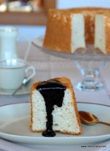 """Hace años que descubrí este pastel y la primera vez que lo hice me atreví con el angel food de chocolate. Varias veces hecho el original pero nunca he tenido oportunidad de hacerle una foto, y la razón es que siempre lo hago para mi princesa y se lo lleva… es su """"bizcocho"""" preferido. Es […]"""