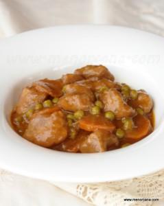 El goulash es un plato muy popular en la cocina húngara, de aspecto parecido al de nuestra carne estofada. Se considera una comida casera, sencilla y de origen humilde… se suele acompañar con carbohidratos como las patatas, pan, arroz o pasta. Normalmente esta receta se elabora con carne de cerdo, ternera o buey y eso […]