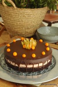 """""""Devil's Food cake"""" que traducido es así como… """"pastel comida del diablo"""", es el bizcocho y base de este pastel, un clásico de la pastelería americana que os recomiendo probéis. La textura es suave, húmeda y tierna, no es excesivamente dulce, ni empalagoso… un verdadero placer para los amantes del chocolate. Aunque veáis muy largas […]"""
