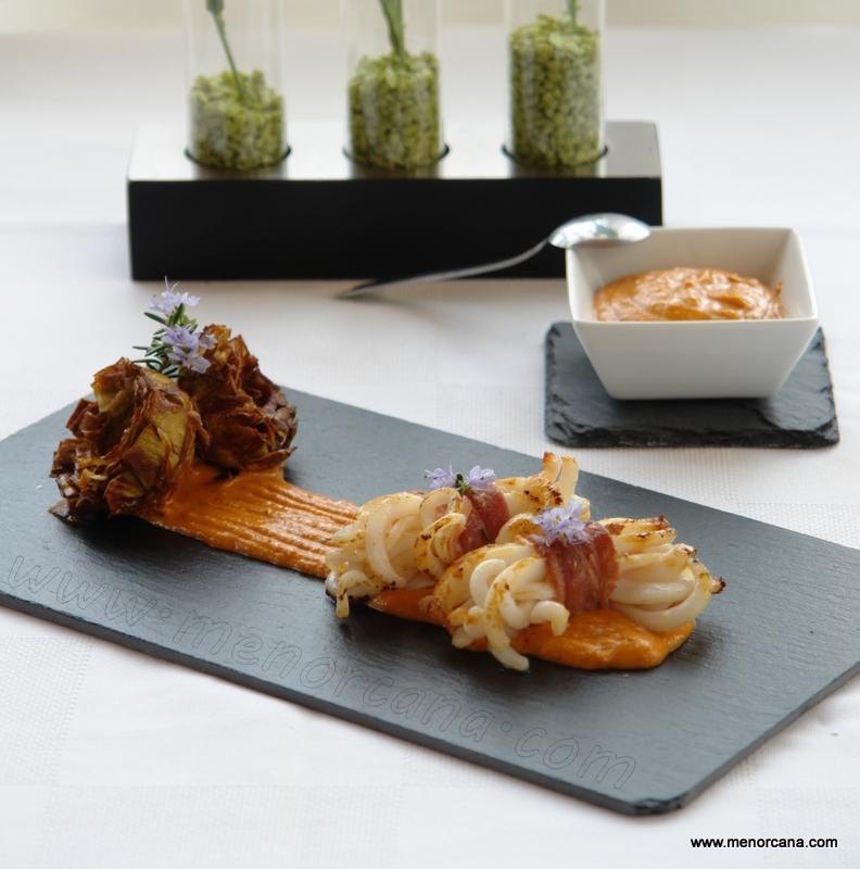 Atadillos de calamar y alcachofas girasol con salsa romesco
