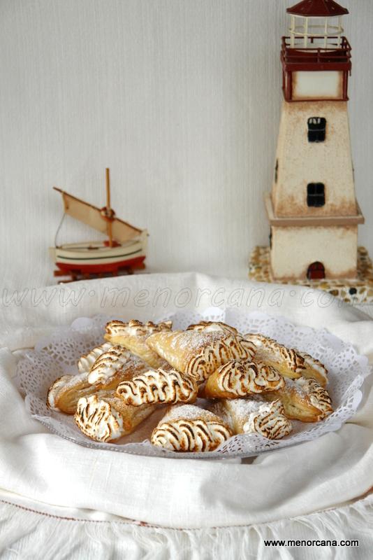 Banyes (cuernos) de hojaldre con crema y merengue