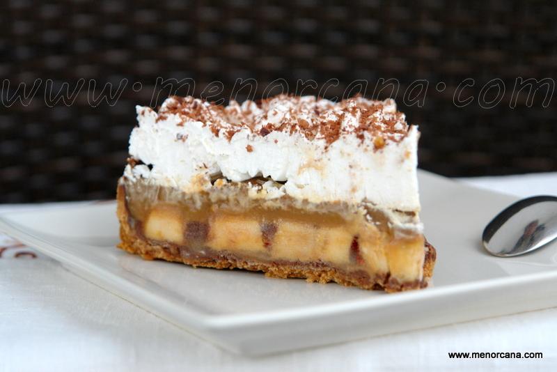 Corte de la tarta de platano y toffee (banoffee pie)