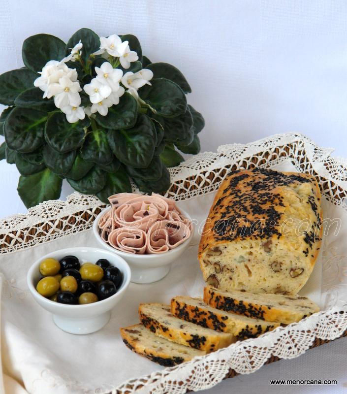 Bizcocho salado con roquefort y nueces