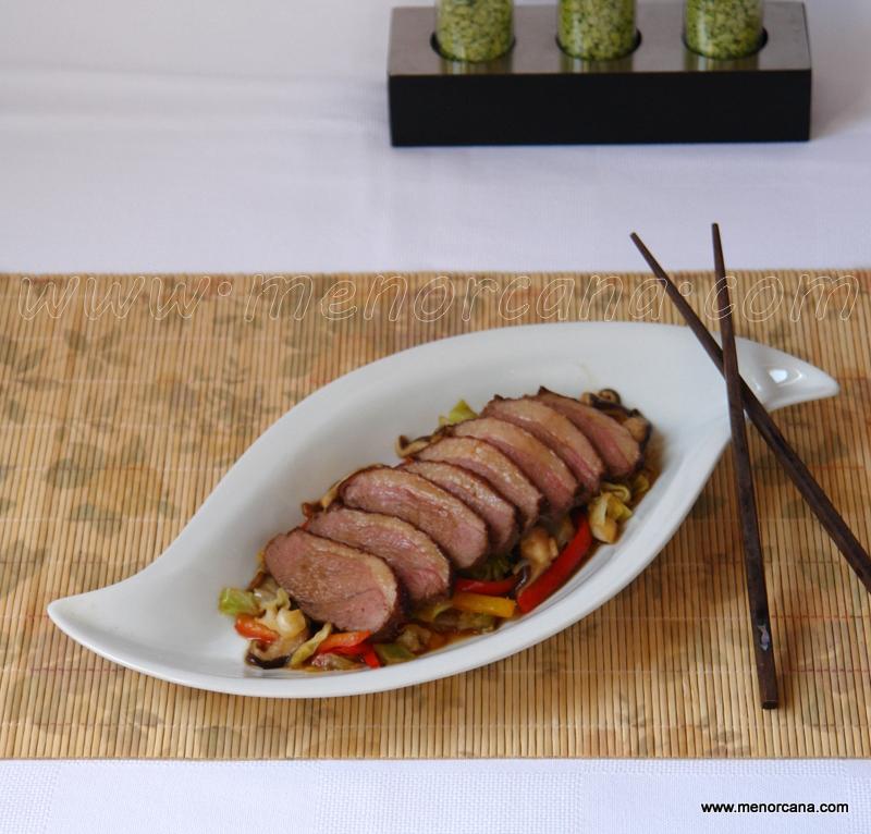 Magret de pato con verduras salteadas
