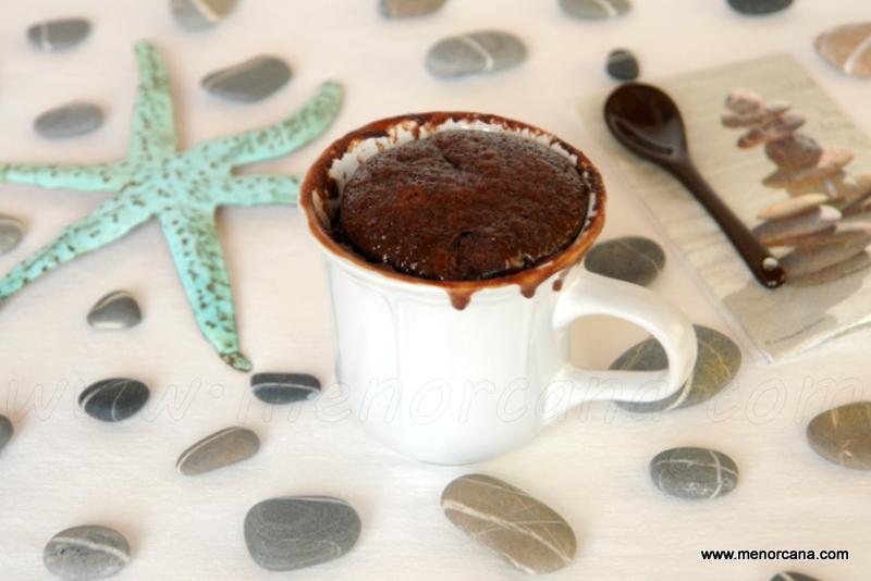 Bizcocho de chocolate en taza al microondas