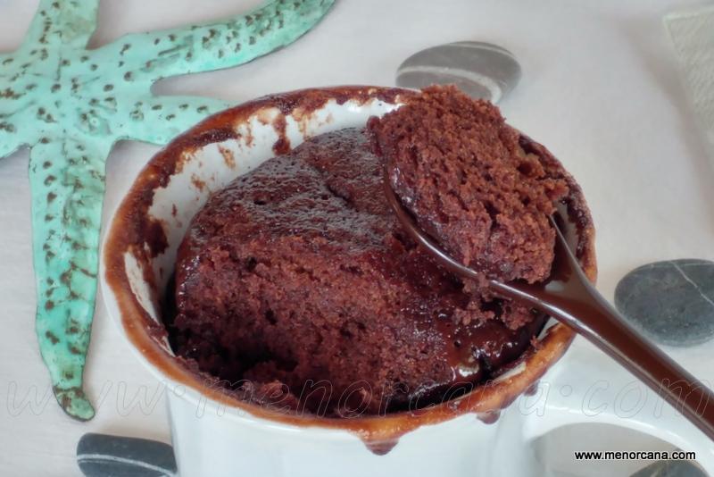 corte del Bizcocho de chocolate en taza al microondas