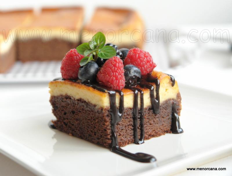 Porción de brownie cheesecake (pastel de chocolate y queso)