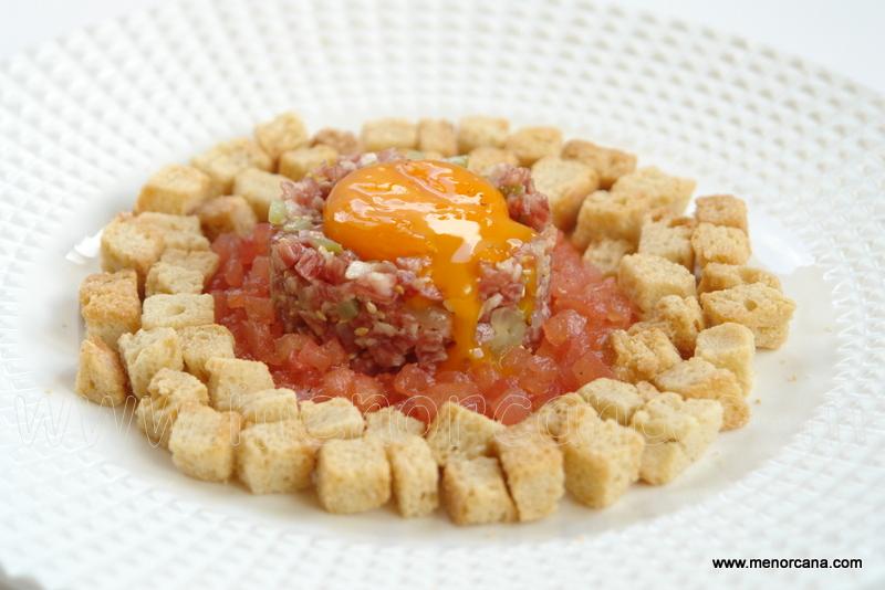 Tartar de fuet con yema de huevo marinada