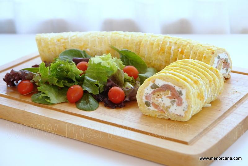 Rollo de tortilla de patatas relleno de salmón y queso crema
