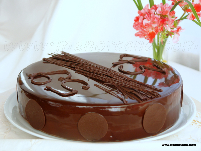 Tarta mousse de tres chocolates con glaseado brillante