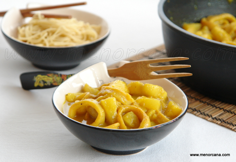 Curry de calamar con leche de coco, piña y noodles