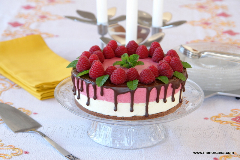 Tarta mousse de chocolate blanco y frambuesas (drip cake)